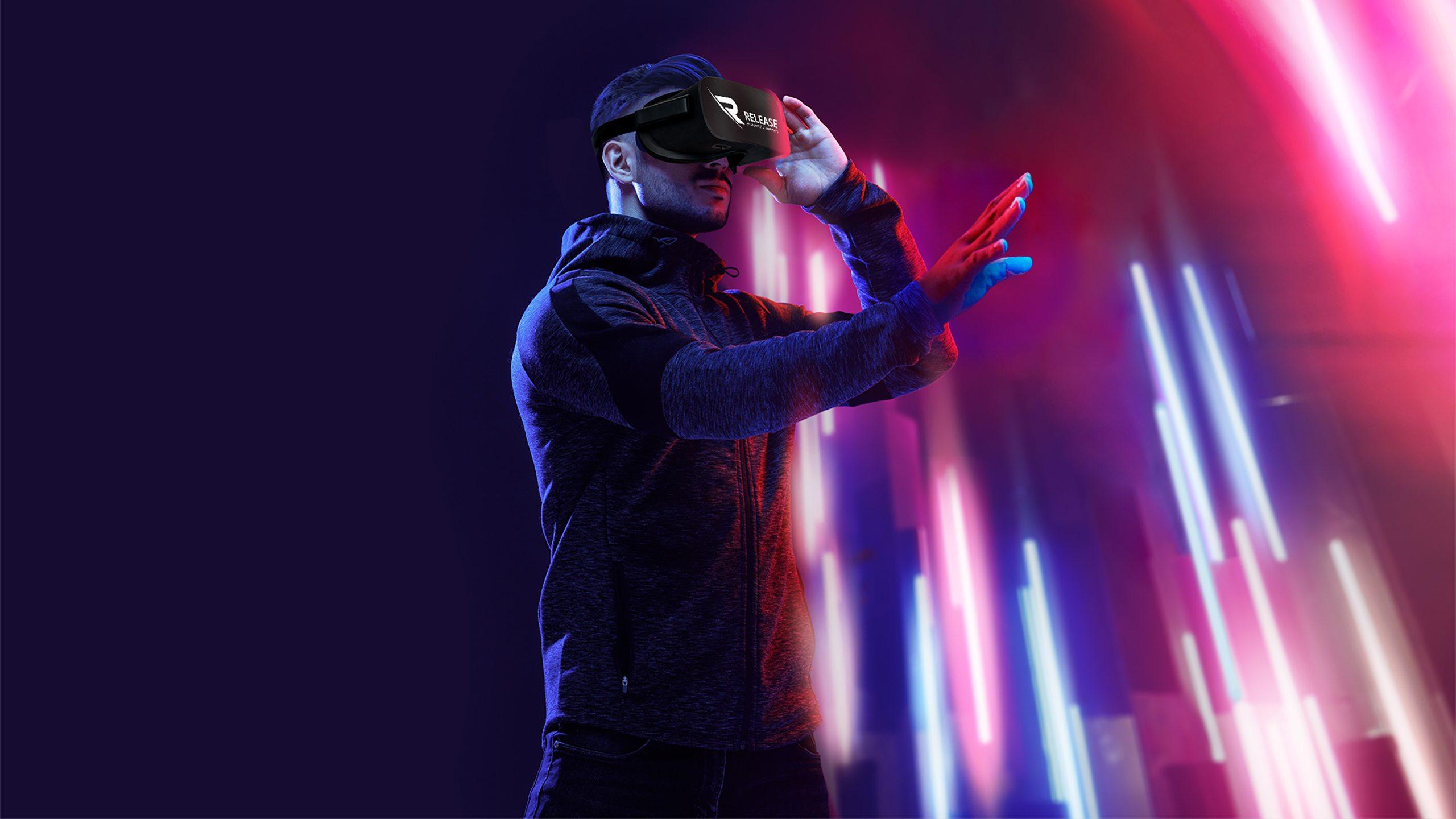 Mann erlebt Release VR-Brille